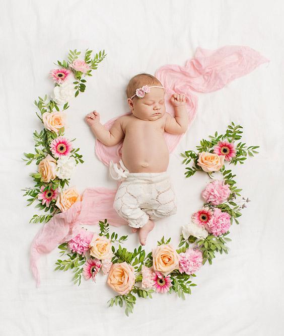 Nyfødtfoto med blomster